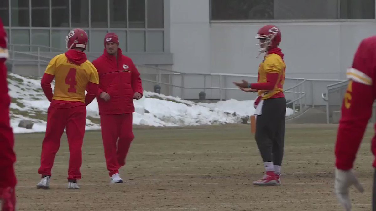 Mahomes literally doesn't know what to do with his hands when there is no ball in it https://t.co/O7B3dMGqZU