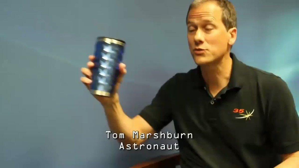 地球に帰還した元宇宙飛行士がインタビューに答える時に重力の存在を忘れてるシーンが草