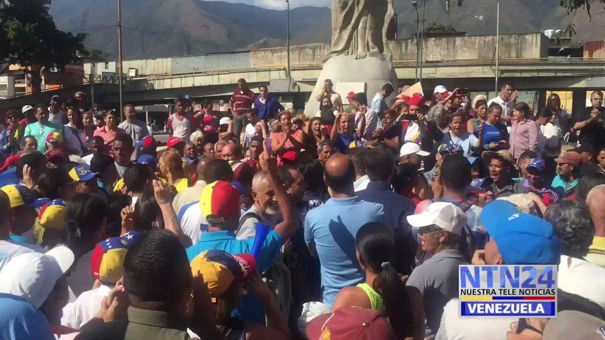 """#ATENCION 3:05 PM- """"Maduro si se va"""", gritan ciudadanos de Petare en Cabildo, mientras grupo oficialista llega a sabotear la actividad convocada por la oposición #19Ene"""