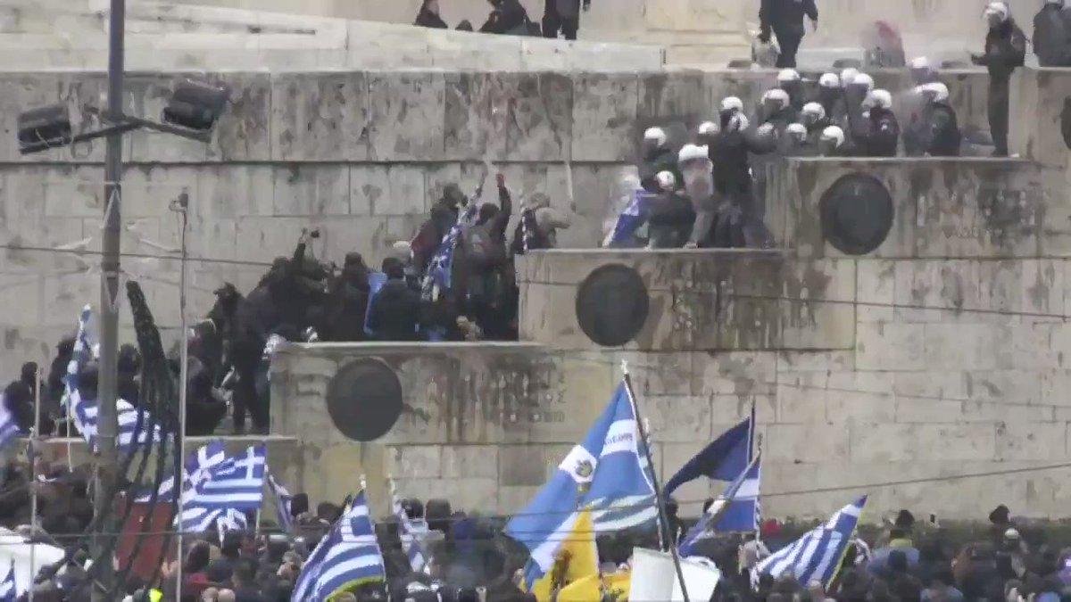 Image for the Tweet beginning: Miles de nacionalistas griegos han
