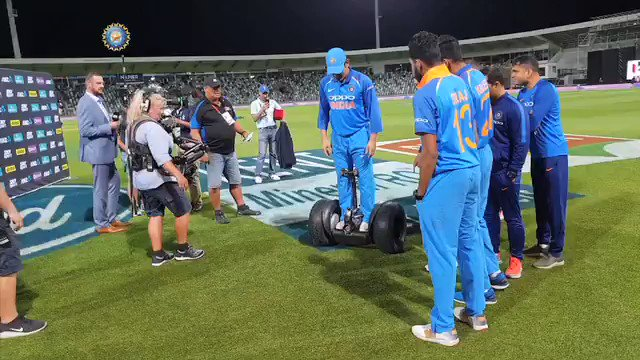 Post-game shenanigans courtesy @msdhoni & @imVkohli  This looks fun 😁😁😁 #TeamIndia #NZvIND