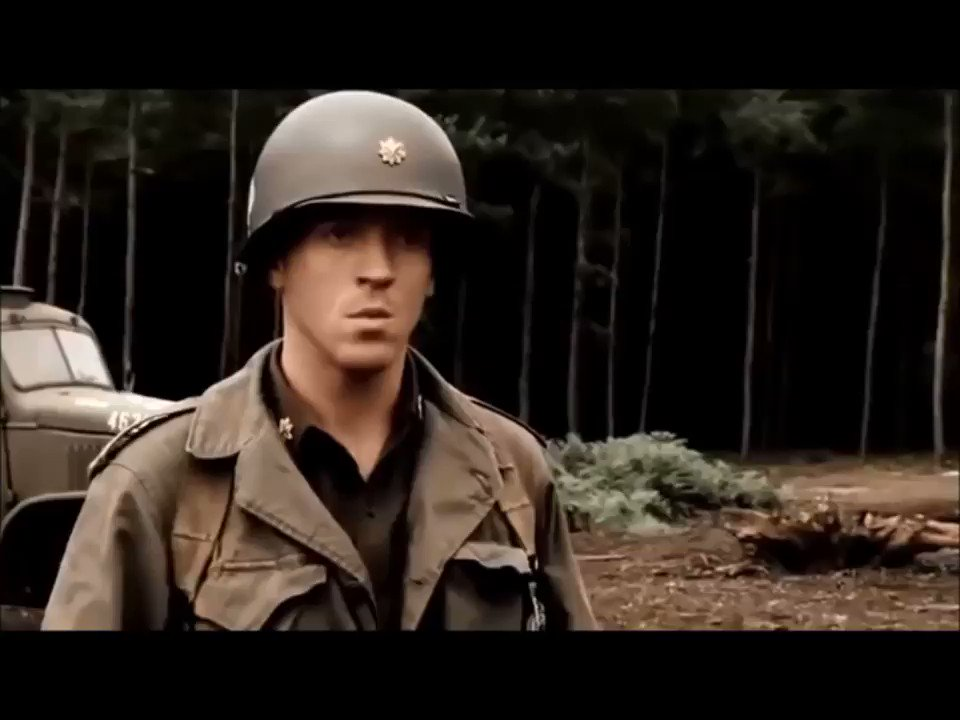 """Em Band of Brothers, a companhia """"Easy"""" comandada pelo capitão Nixon encontra um Campo de Concentração durante uma patrulha pela floresta.  #HolocaustMemorialDay #HMD  Vídeo completo no canal #VideosDeFatos:"""