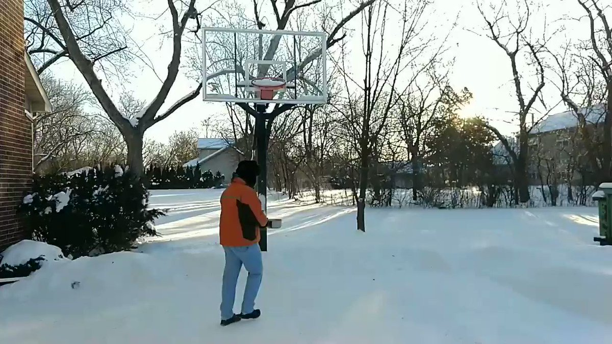 Wow, it's cold out there. Just had to try it - pot of boiling water up in the air. #DeepFreeze #BoilingWater pic.twitter.com/8K5gxPJSBe