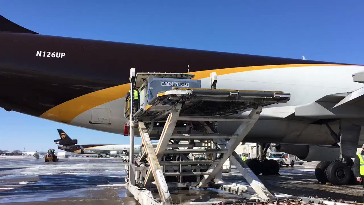 Packages must be delivered! @UPSAirlines crews are braving the freezing temperatures to unload planes! @WLKY
