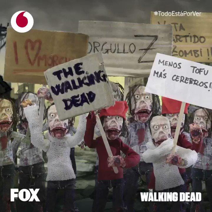 Miles de brazos ondeando banderas con mensajes de paz... 'I ❤️ Morcilla', o 🗣 'Vida NO, pero muerte TAMPOCO' ¡Feliz #DíaDelOrgulloZombie 🧟♂️🏳️🌈 y vuelta a The Walking Dead! 👉 11 de febrero #TodoEstáPorVer