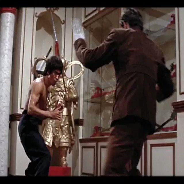 🐉👊🏽💥 Bruce vs. Han . . #BruceLee #EpicFights #IDoNotHit #ItHitsAllByItself #MartialArtist #ArtistofLife https://t.co/EKht2QFA9X
