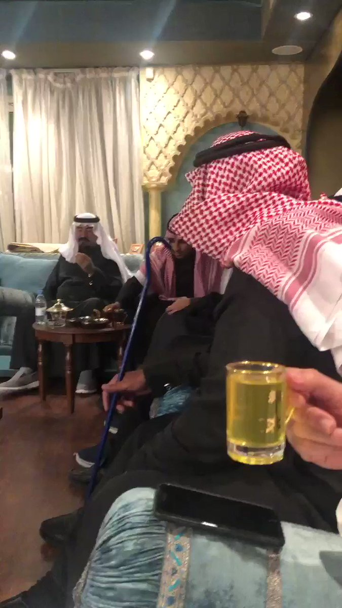 الان ومن قصر سمو الامير نايف بن ثنيان ال سعود مشاركة شاعرنا ملفي المورقي @MelfiAlmourgi  بقصيده نظم في مجلس سموه . مسيار يوماً عند قطم التوادي  يسوا شهر في جو لندن وباريس