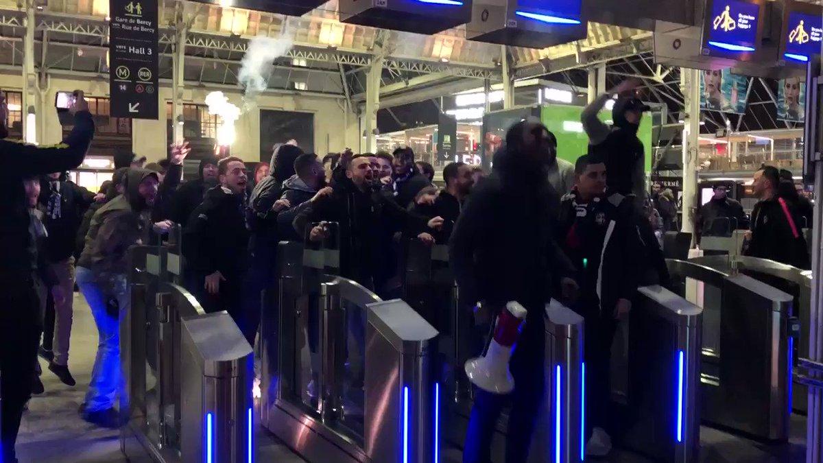 Malgré la défaite à Lyon, les supporters sont présents pour accueillir leurs joueuses Gare de Lyon @PSG_Feminines