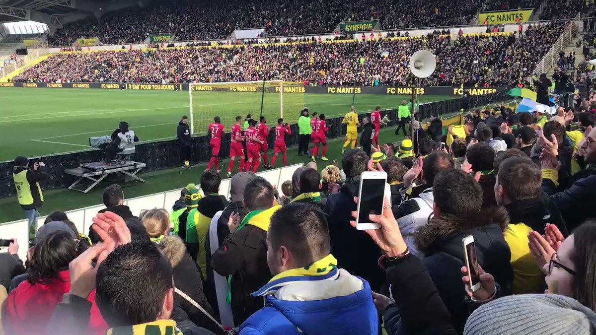 Les joueurs de Nîmes ont déposé un bouquet de jonquilles devant La Tribune Loire en la mémoire d'Emiliano Sala