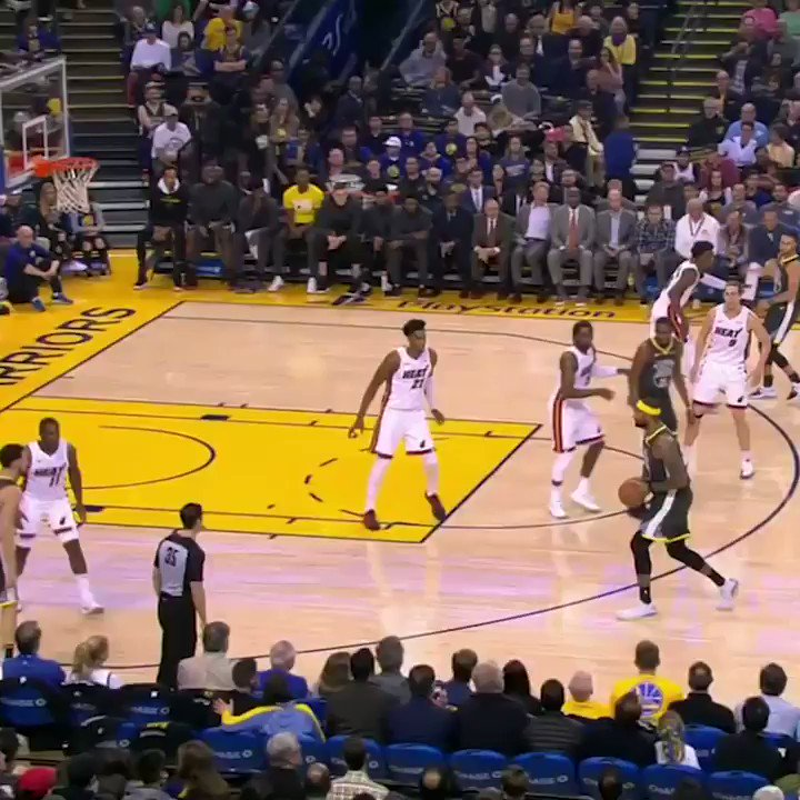 Klay with the pass to himself … off Boogie's head �� https://t.co/jflORaDhDe