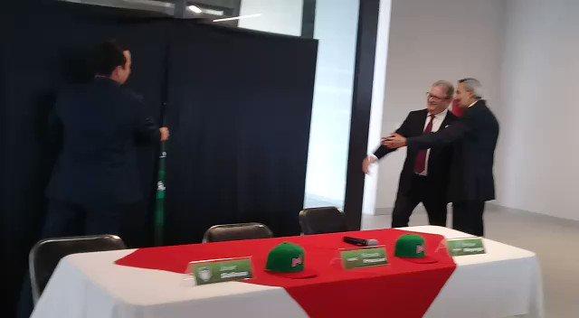 Javier Salinas, presidente de la @LigaMexBeis, presenta la franela con la que jugará la Selección Mexicana de Beisbol.  📹 S. Santos