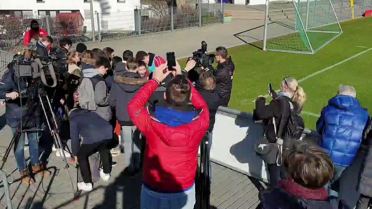 Merci, @BenPavard28! Eine Schulklasse aus Frankreich ist beim Training und freut sich über Fotos mit dem Weltmeister. #VfB
