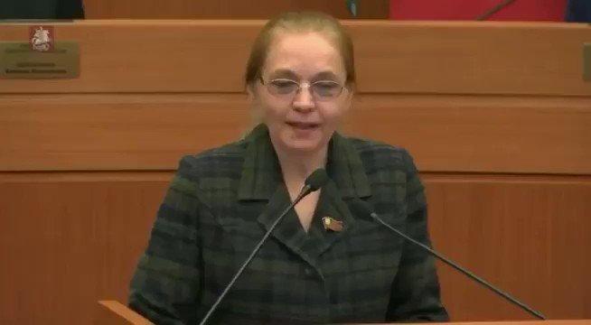 Прекрасная Елена Шувалова защищает москвичей от произвола богатеев, требуя снизить цену за парковку. Спикер Мосгордумы хамски орет на неё, перебивая.  Эти люди, видимо,  полагают, что им сам черт не брат.
