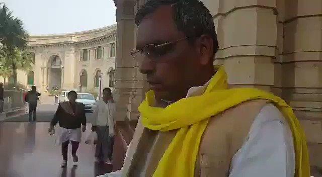 #लखनऊ : @SBSP4INDIA के राष्ट्रीय अध्यक्ष व यूपी सरकार में मंत्री @oprajbhar मुख्यमंत्री @myogiadityanath को अपना पिछड़ा वर्ग कल्याण विभाग वापस करने पहुंचे विधानसभा।  @PMLUCKNOW