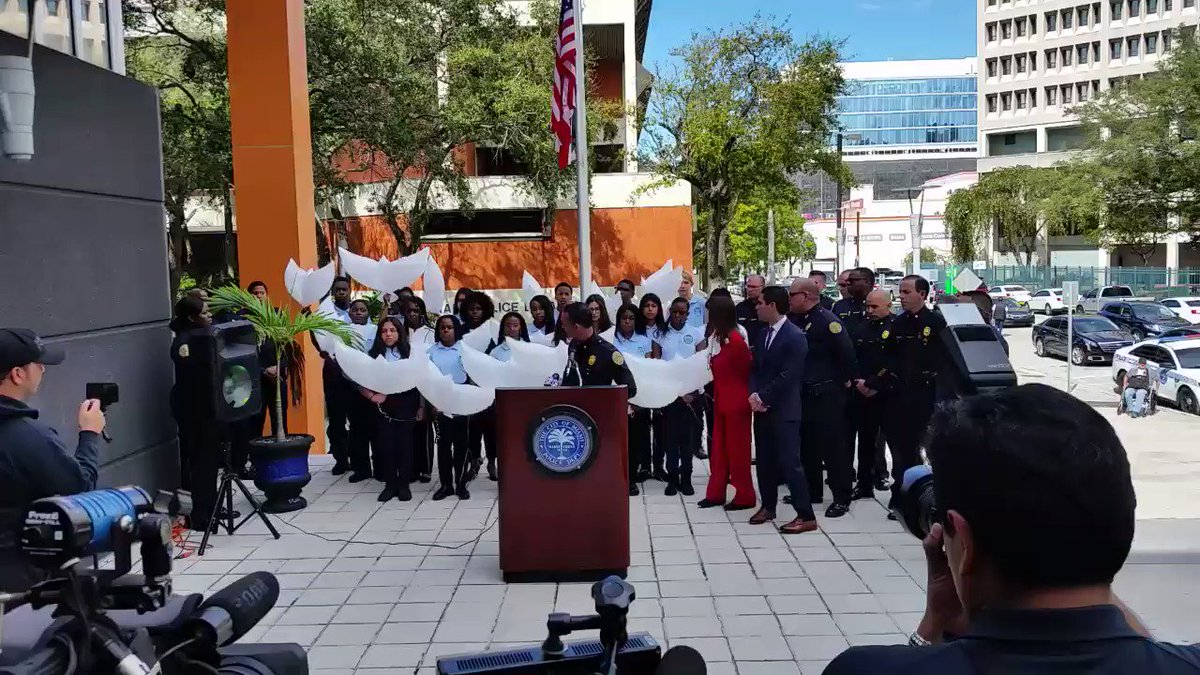 In remembrance of the 17 lives which were taken too soon, Warriors stand together with @MiamiPD, @MiamiMayor, and @KathyFndzRundle and release dove shaped balloons in their memory. #MSDStrong @MiamiSup @MDCPS @MDCPSCentral