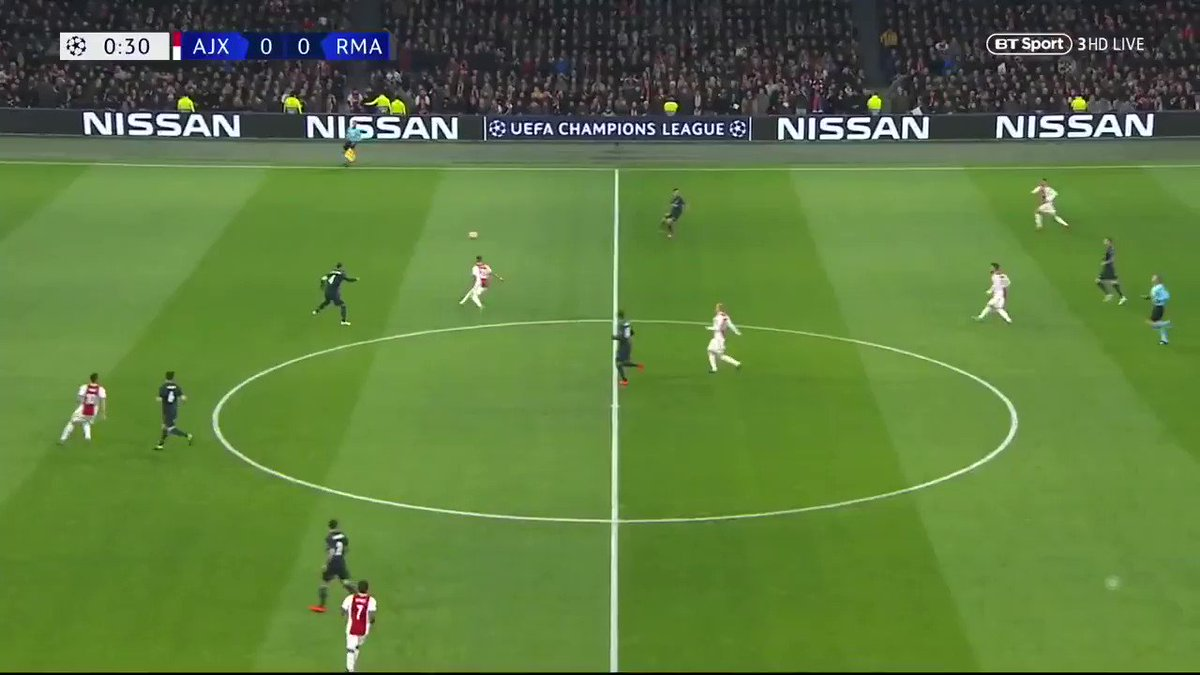 Je trouve qu'on a pas assez parlé du pressing stratosphérique de l'Ajax hier soir face au Real Madrid, qui a perdu 73 ballons rien qu'en première mi-temps ! Petite compilation de ce gros pressing de la part des Néerlandais. Un pur régal 😍