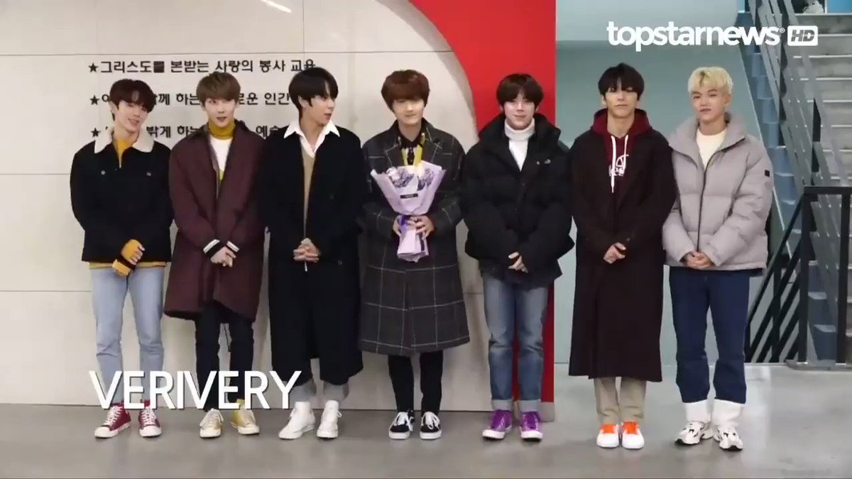Yongseung en su graduación de High School SOPA junto a los miembros de VERIVERY  Fuente TOPSTARNEWS #베리베리 #VERIVERY @by_verivery #Yongseung #Congratulations