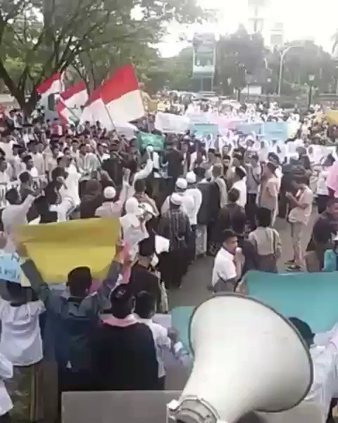 Aksi damai bela Kyai aksi damai bela Mbah Moen hari ini di Bogor yg di ikuti sejumlah santri dan Kyai dr Bogor dan Kabupaten Bogor. Susah amet sih nyinyir gemblung ini utk minta maaf.