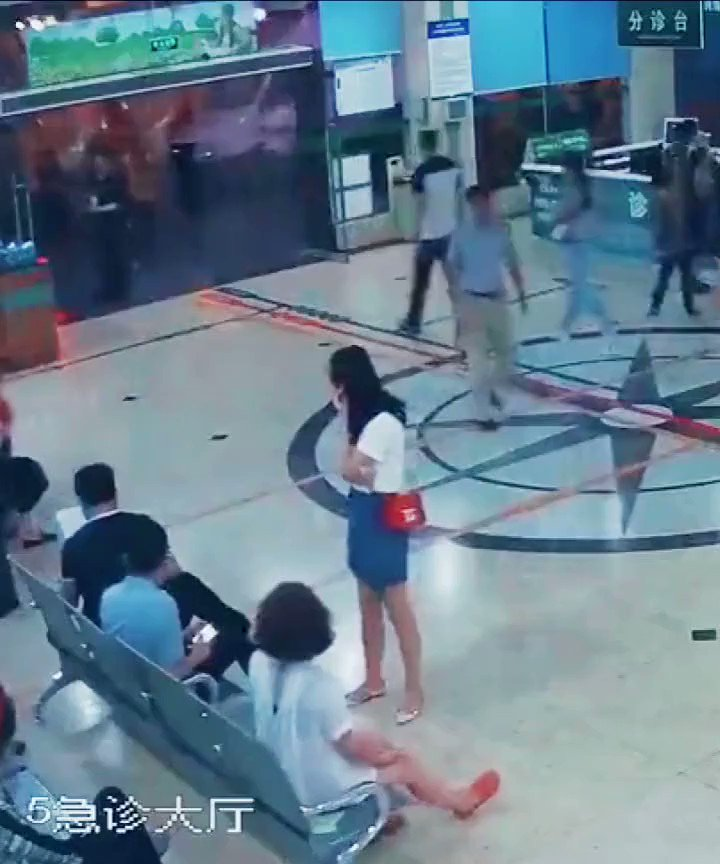 The Internet is applauding a brave man who stepped forward to tackle a knife-wielding attacker at a hospital in Deyang, Sichuan Province #EverydayHero