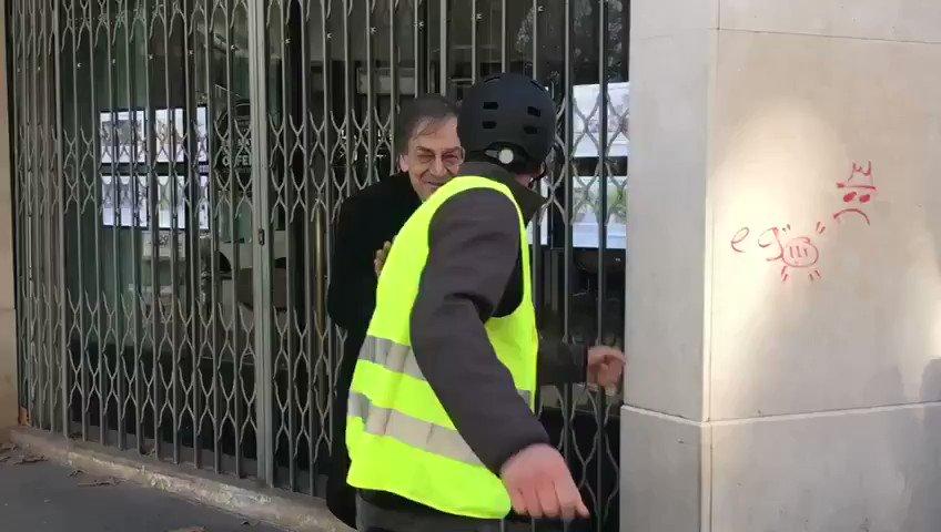 Des #GiletsJaunes croisent Alain Finkielkraut, philosophe français, académicien et juif.  Enchaînement des insultes et du raisonnement :  - Palestine ! - La France est à nous (donc pas aux juifs) - Sale sioniste (juif) - Sale race (...) - Le peuple va te punir Paris, 2019.