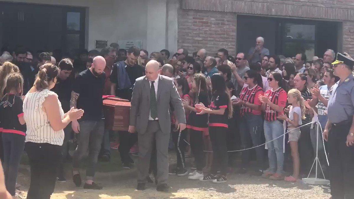 15h. Une haie d'honneur et des applaudissements au passage du cercueil d'Emiliano Sala, porté par son ami Nicolas Pallois. Progreso a veillé l'enfant du pays 8 heures durant.