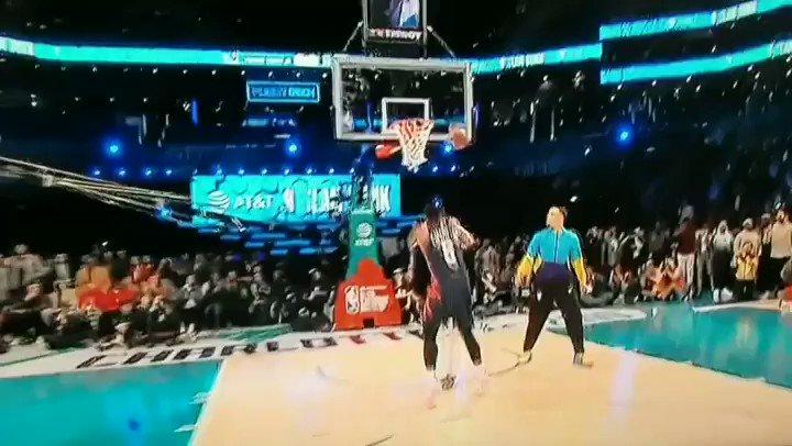 Dennis Smith Jr était présent et vif 💥💥💣💣   #NBA #NBAAllStar #slamdunkcontest #DennisSmithJr #dunk #DWade #StephenCurry