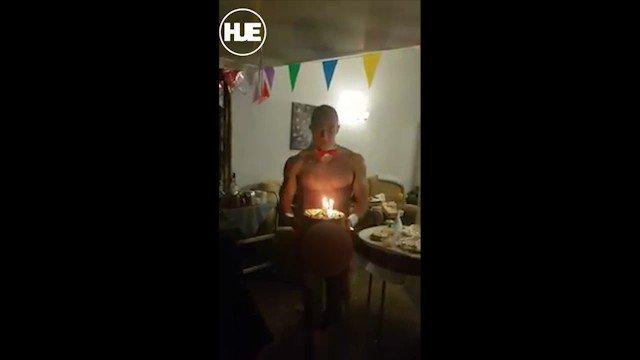 Самая пожилая обитательница дома престарелых в Англии устроила для себя незабываемый подарок  на сотый день рождения — пригласила на торжество голых официантов 👯♂️ Под конец праздника пенсионерка так разошлась, что начала флиртовать с ними и шлепать их по голым телам.