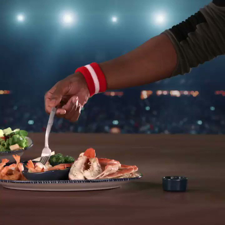 Looks like @redlobster is changing the game. If you missed the #ButterDunks action, take a look, y'all. #DunkContest That's #HowYouLobstefest 🦞 #Ad