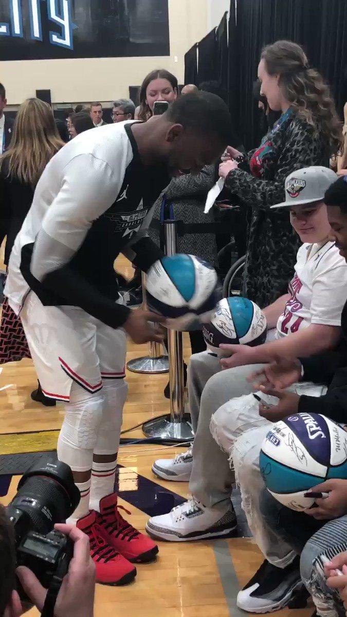 .@hornets @KembaWalker  has fun meeting with the kids from @MakeAWish! #NBAAllStar #TeamGiannis