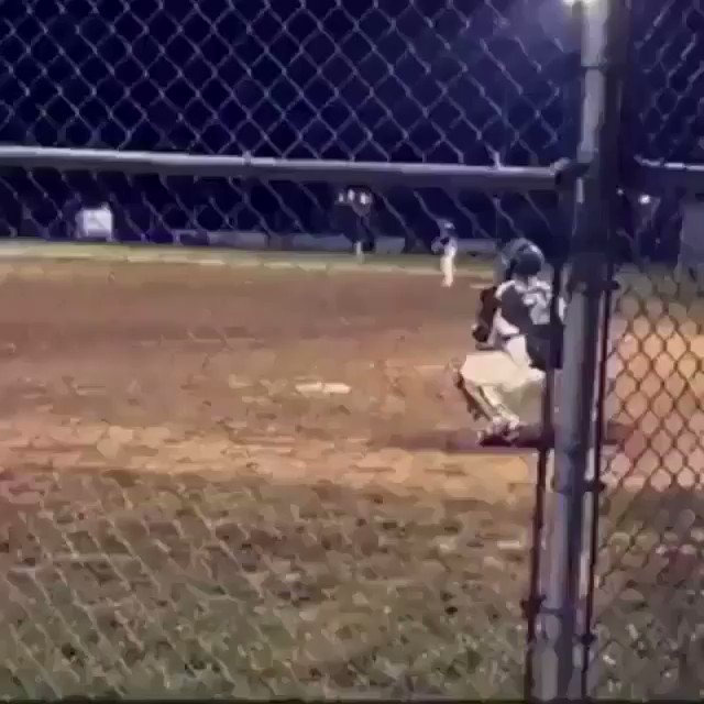 No way I'm stealing if I see a catcher do this!😳😮