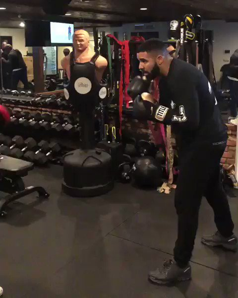 Drake shows off his hands 🥊