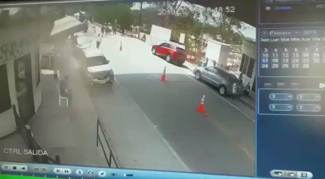 En video quedó registrado el ataque en el Puente José Antonio Páez contra la Policía Fiscal y Aduanera en Arauca. Un patrullero murió y otro está herido.
