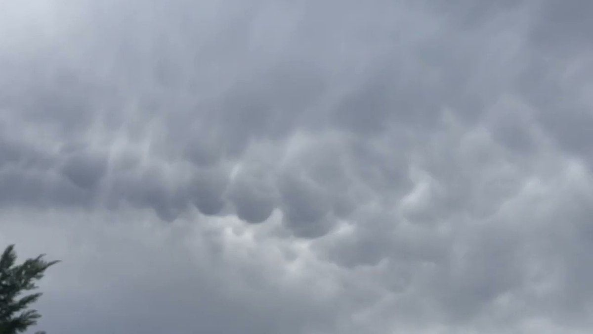Image for the Tweet beginning: Video: mammatus clouds over Paris