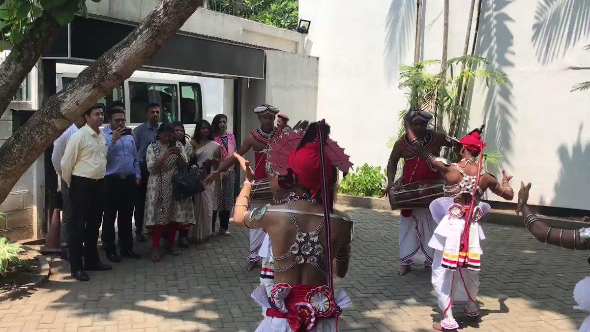 Traditional Sri Lankan style welcome to 2018 batch IFS OTs at the Swami Vivekananda Cultural Centre, Colombo @SLinIndia @IndiainSL @ICCR_Delhi @FSI_MEA @IndianDiplomacy