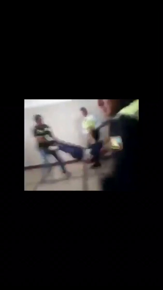 El régimen saca a médicos y enfermeras por apoyar a @jguaido en hospital de Maracaibo. Esto tiene que verlo el mundo entero. Españoles mirar lo que sucede en #Venezuela...🇻🇪 con el apoyo de ZP, @iunida @ahorapodemos @PSOE ... @VOXSevilla @vox_es #SiguemeYTeSigoVOX RT #RT
