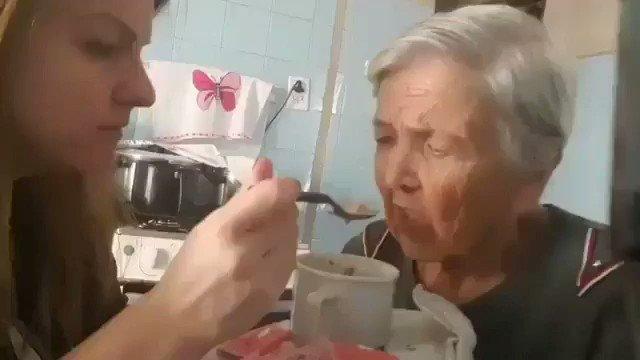 Esta mujer sufre de Alzheimer y su hija le está dando de comer. Por un momento mira a su hija, la recuerda y le dice que la ama.  Muy emotivo