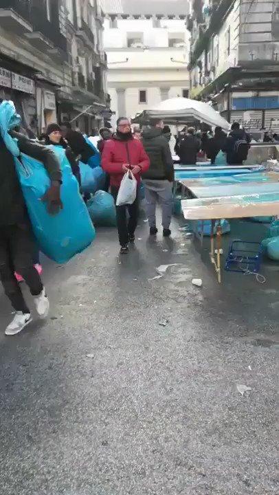 È per caso Khartoum?  No è #Napoli dove migranti irregolari fanno i venditori abusivi al mercato della Maddalena. Ecco come l'immigrazione clandestina voluta dal @pdnetwork e dal Vaticano sta trasformando l'Italia