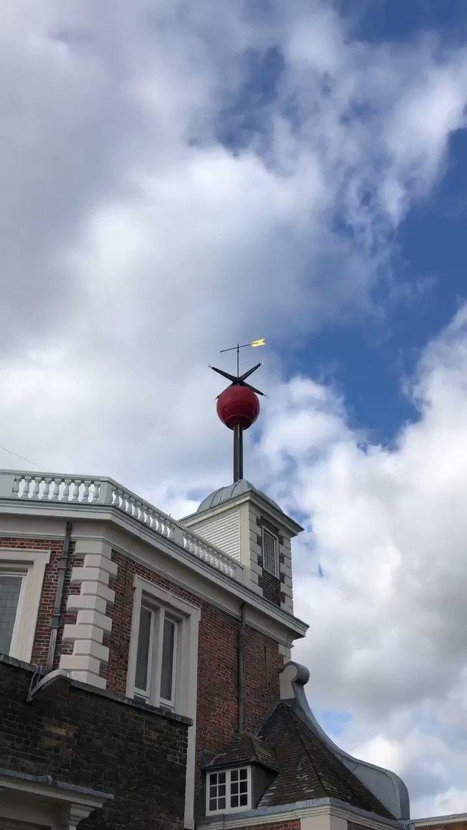 グリニッジ天文台では13時になると屋根に刺さってる赤い玉が「実は私動くんだよね…みんな知らないと思うけど…」みたいな静かさで上がっ…