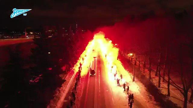 HIGHWAY TO HELL: Fans von Zenit St. Petersburg haben vor dem Spiel gegen Fenerbahçe mal eben gezeigt, wie #Busankunft geht. Wir sind angezündet wie ein Osterfeuer und müssen jetzt mal eben ne Runde um Block.....  ___ 🎥 @zenit_spb