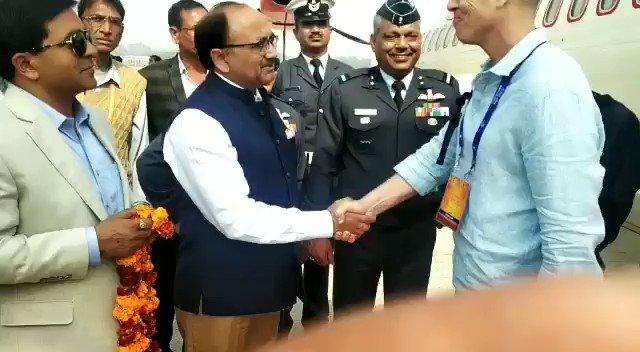 मा स्वास्थ्य मंत्री  श्री  सिद्धार्थ नाथ सिंह,  मंडलायुक्त डॉ आशीष कुमार गोयल एवं एडीजी श्री एस एन साबत   प्रयागराज  विदेशी प्रतिनिधि मण्डल का एयरपोर्ट पर स्वागत करते हुए  @UPGovt  @CMOfficeUP  @PrayagrajKumbh  @kumbhMelaPolUP  @InfoDeptUP