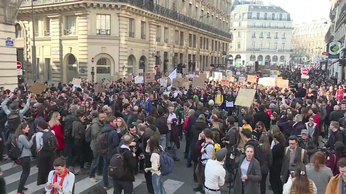 Ils sont lycéens pour la plupart et appellent l'Etat français à agir pour le climat : un millier de jeunes ont défilé à Paris derrière Greta Thunberg, l'adolescente suédoise devenue l'égérie de la lutte contre le réchauffement #AFP