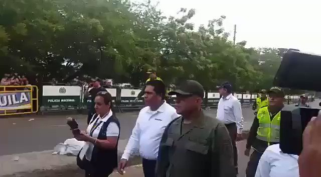 #BREAKING: Since early morning four soldiers of #Venezuela's Bolivarian National Guard have defected to #Colombia. This is the fourth soldier who decided to not open fire on his own people & join them.