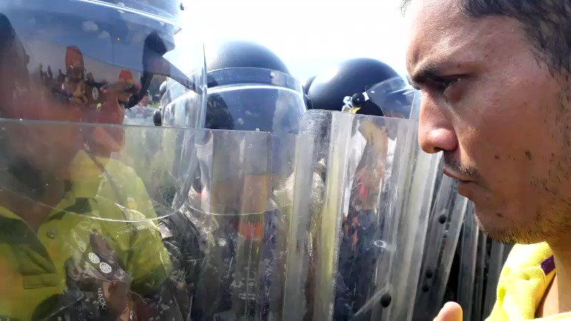 AHora/ Un joven Guardia Nacional escucha atento, en Puente internacional Simón Bolívar, a un ciudadano venezolano que le exhorta a comprender la crisis en #Venezuela. Momentos después le ordenan a GNB que se retire del puente. Vía @CristianFuents. #23Feb @ReporteYa