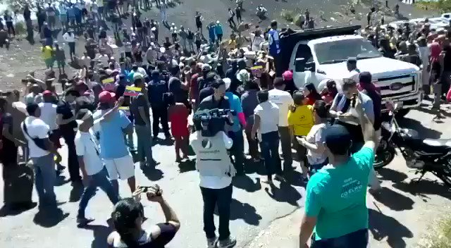 #BREAKING: This is the border point between #Venezuela and #Brazil, better known as Las Banderas. Brazilians and Venezuelans do what is necessary to help entry of Humanitarian Aid into #Venezuela's territory. #23feb