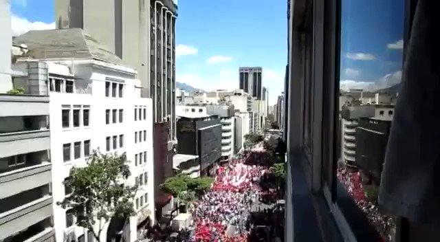 Aprecien la marea roja que inundó hoy la Avenida Urdaneta en #Caracas #Venezuela en respaldo al presidente @NicolasMaduro y contra la #IntervenciónExtranjera en #Venezuela #23Feb #TrumpHandsOffVenezuela #HandsOffVenezuela #TrumpManosFueraDeVenezuela #VenezuelaEnDefensaDeLaPaz