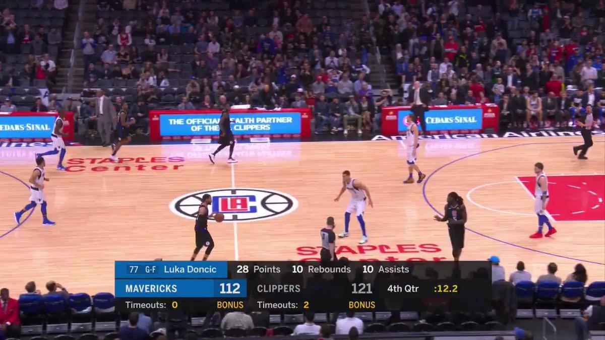 UNO DE LOS MOMENTOS DEL AÑO. Clippers van ganando a falta de pocos segundos. Rápidamente Doc Rivers pide tiempo muerto y nos deja impactados.   ¿Por qué lo pide si ya está ganado? Para agarrar el micrófono y pedir aplausos para Dirk Nowitzki 😍
