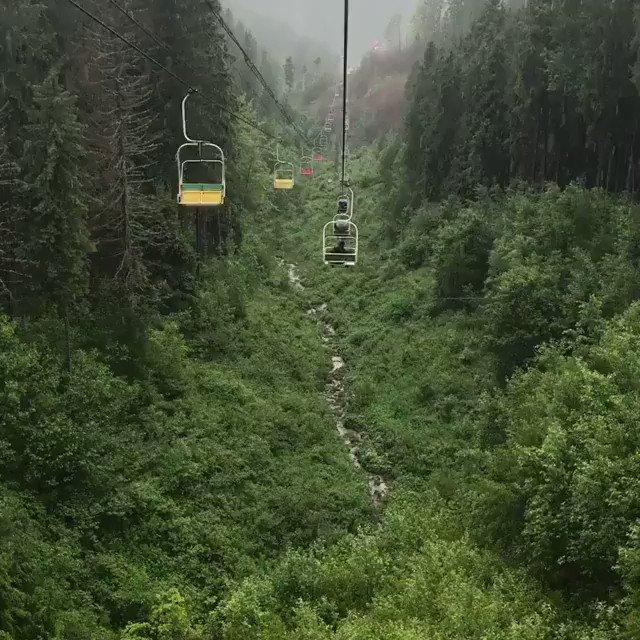 ماهو شعورك وانت تتمشى على متن هذا التلفريك بين الغابات والطبيعة والاجواء الساحرة ؟  - غرب اوكرانيا 🇺🇦