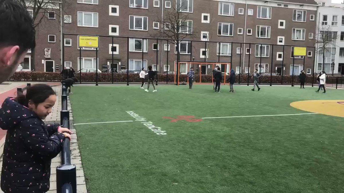 Wat een drukte op het #cruyffcourt Joubertplein in @AmsterdamNL vandaag! Jong op het veld en oud(er) op de fitness en wandelend op de atletiekbaan. #creatingspace #bewegen #sportindebuurt