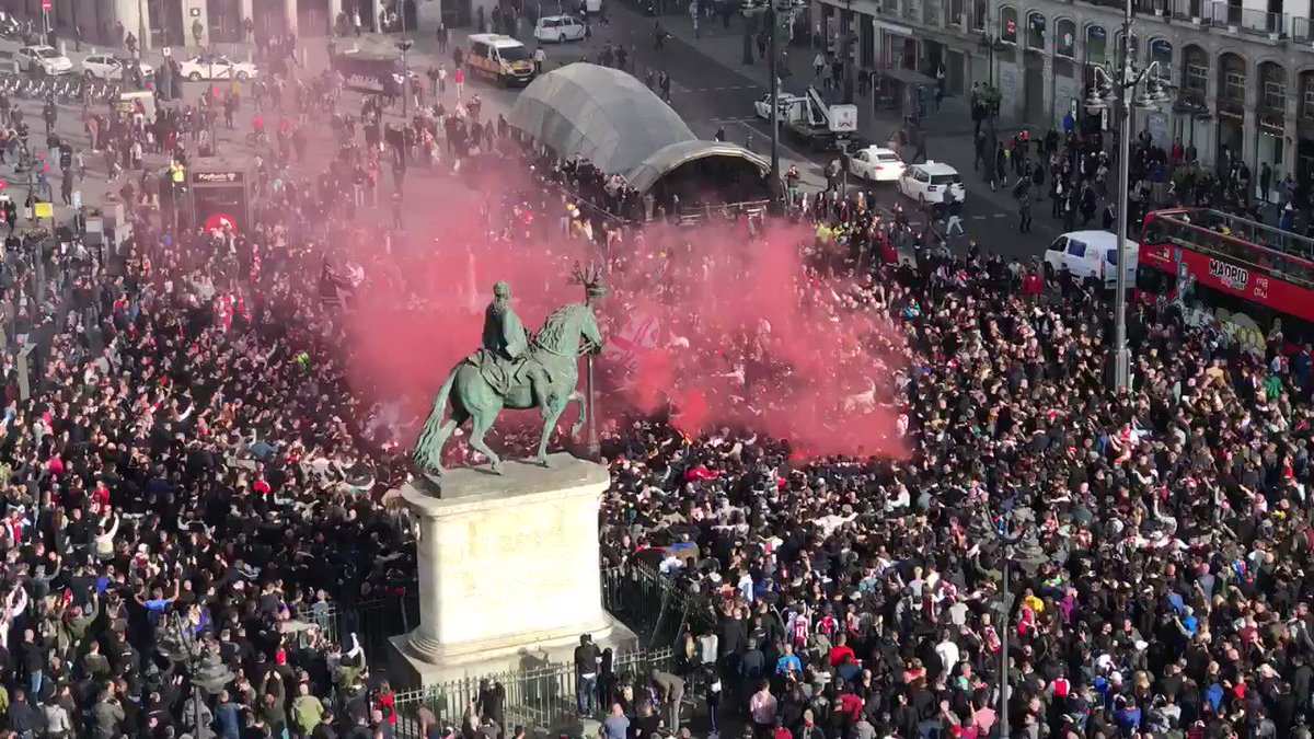Unreal footage in Madrid of fans of Ajax, which upset Real Madrid today (📷 by @schoonenboom)