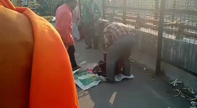 SHOCKING: Some goons in saffron kurtas throttle, assault a Kashmiri dry fruit seller in Lucknow. Passersby come to rescue of the Kashmiri. Case yet to be registered. Hope @Uppolice @Igrangelucknow @lkopolice register an FIR and jab these goondas at the earliest.